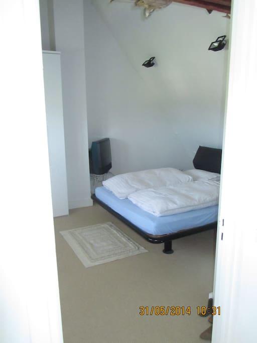 Gefotografeerd vanuit de slaapkamerdeur.