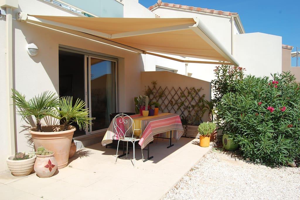 Belle terrasse plein sud avec un store motorisée pour profiter du repas de midi bien abrité !