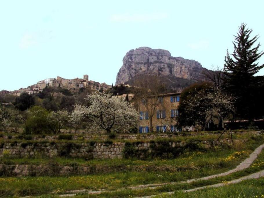 La maison, le village et le Baou