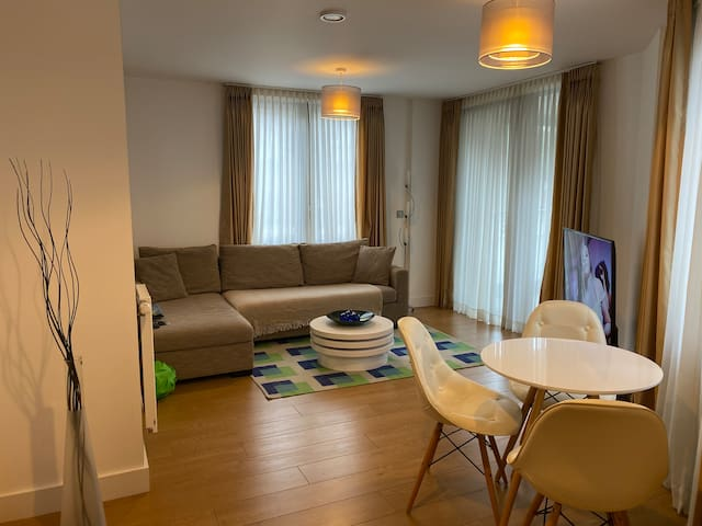 Cosy London Flat with parking and living area