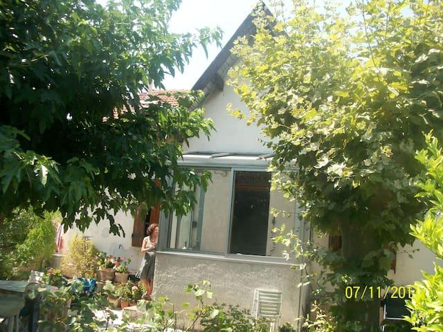 CHAMBRE Verte  proche des calanques - Marseille - House