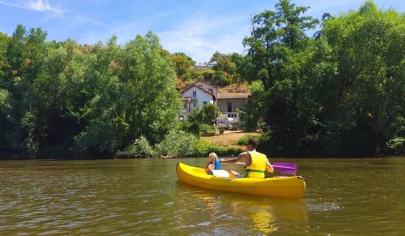 Avontuurlijk huis +ruime tuin aan rivier l'Allier.