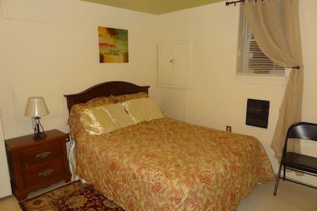 Private Queen size bedrm with TV, (Woodbridge, VA) - Woodbridge - House