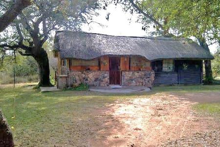 Cosy African bush-cabin Retreat