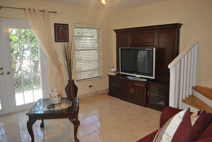 Sea View Cottage- PERFECT LOCATION, Cozy Townhouse - Nassau - Apartament