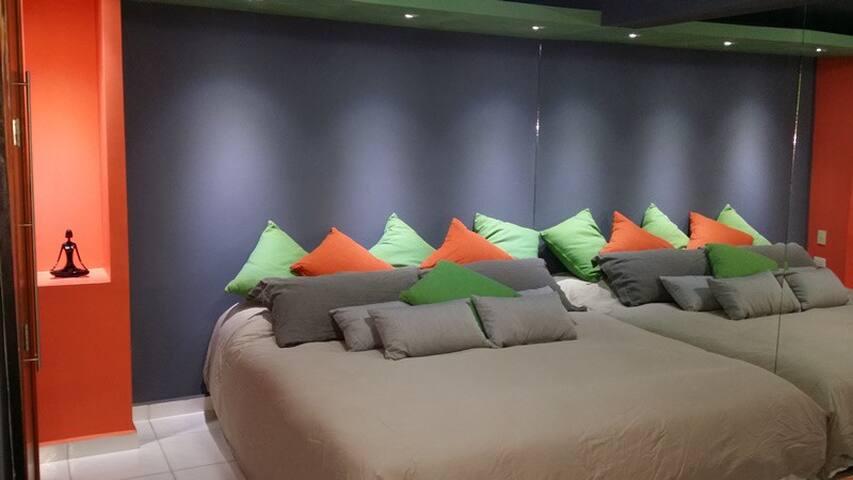 La pared de espejo al lado de la cama multiplica el cuarto por y la cama ...
