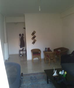 Sunny, airy apartment near athens - Argiroupoli - Kondominium