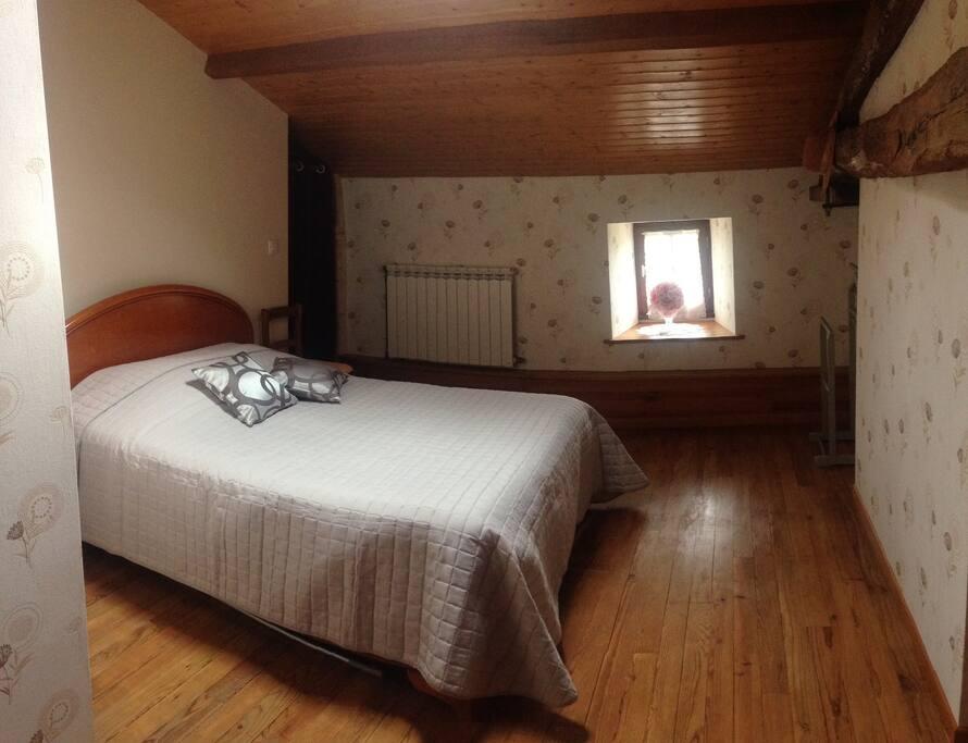Chambre 1 avec un lit double et salle d'eau