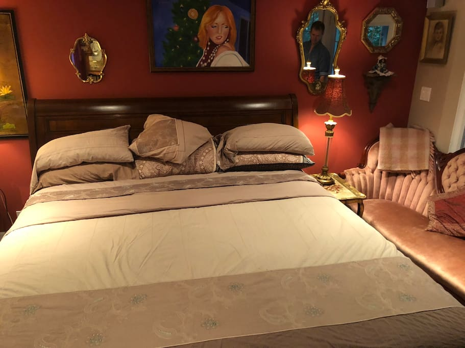 Brand new king size pillow top mattress, in your elegant very large room, with fridge, microwave, fireplace, and large screen plasma tv with Apple TV, high speed wifi, and two entrances.