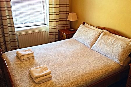 €45 Double Room (Share Bathroom) Cashel, Tipperary - Bed & Breakfast