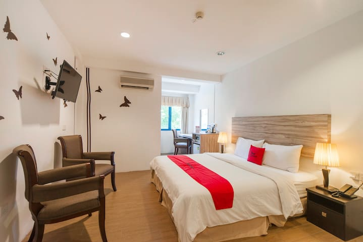 Deluxe King room near Bugis MRT