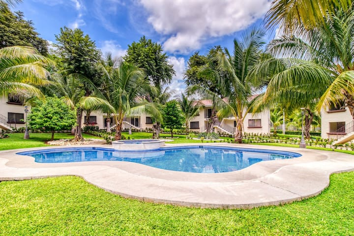 Relaxing apartment in a great location w/ shared pool, pool spa, gated entrance