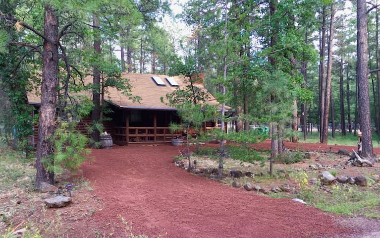 Charming Log Cabin close to everything in Pinetop! - Pinetop-Lakeside - Kulübe