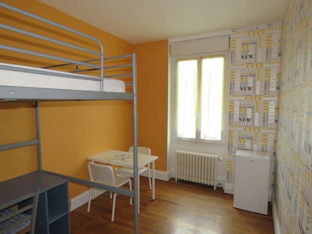 Chambre jaune au 1er étage d'une maison de ville
