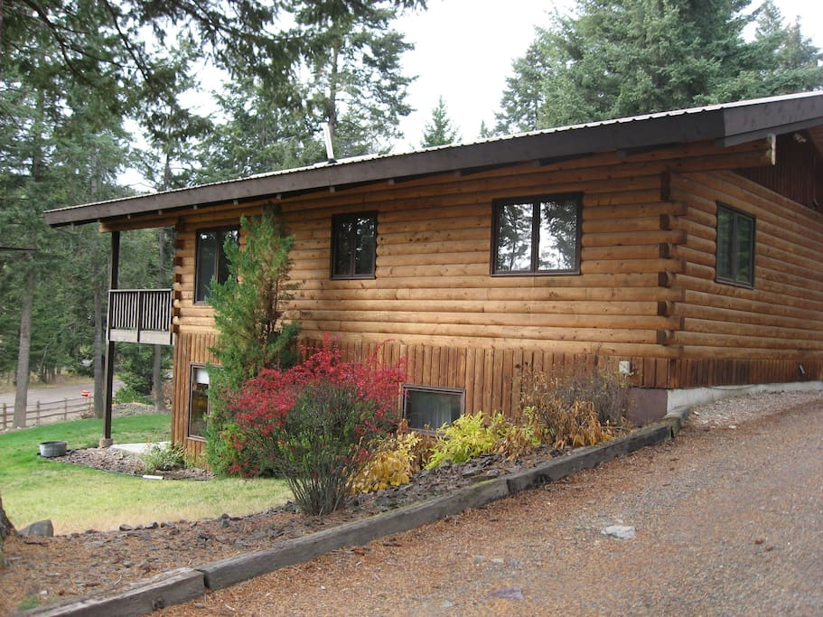 Two-story log home in quiet wooded neighborhood.  Just a few minutes to small town of Lakeside.