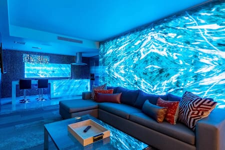 LED Onyx Wall 1bdrm Suite/Balcony & Pool view #