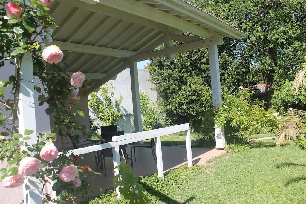 Maison terrasse jardin piscine partag e houses for for Prix d une piscine creusee couverte