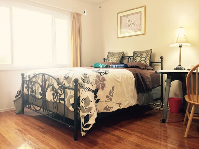 Nice Room B in 2000 SQFT House,By I-5,99,UOP,Macy