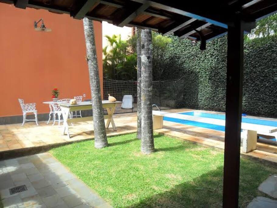Área externa 3 - piscina ao fundo.