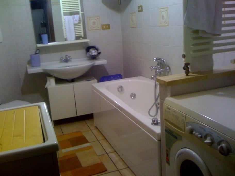Bagno con vasca idromassaggio e lavanderia