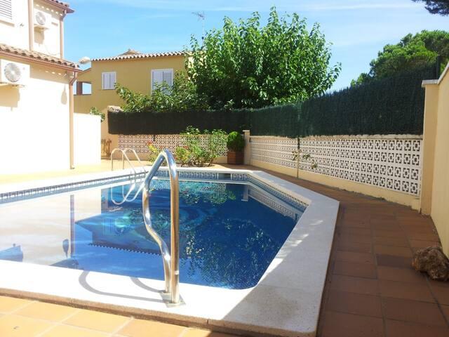 Casa familiar per 8 persones amb piscina privada i A.C.