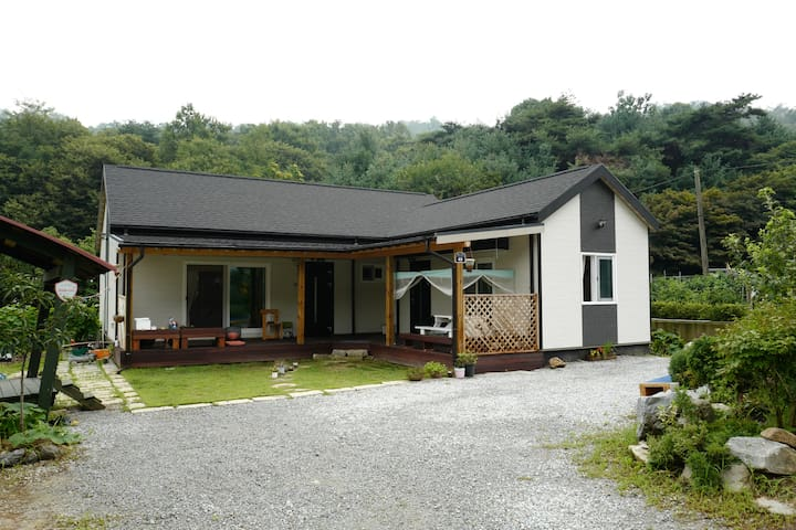 """북산하우스"" A Home Under the North Mountain"