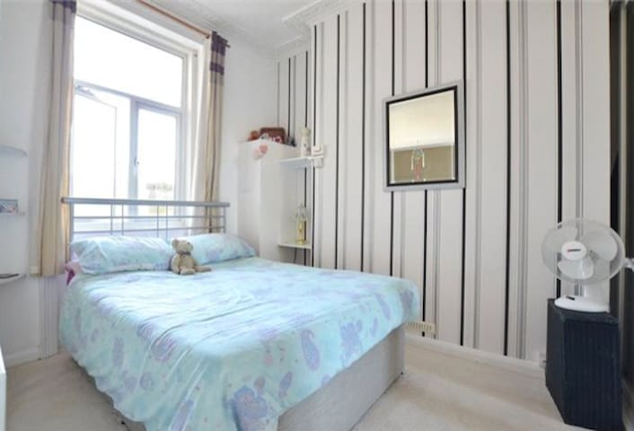 Friendly, comfortable, convenient double room - Brighton - Apartament