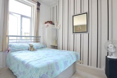 Friendly, comfortable, convenient double room - Brighton - Apartmen