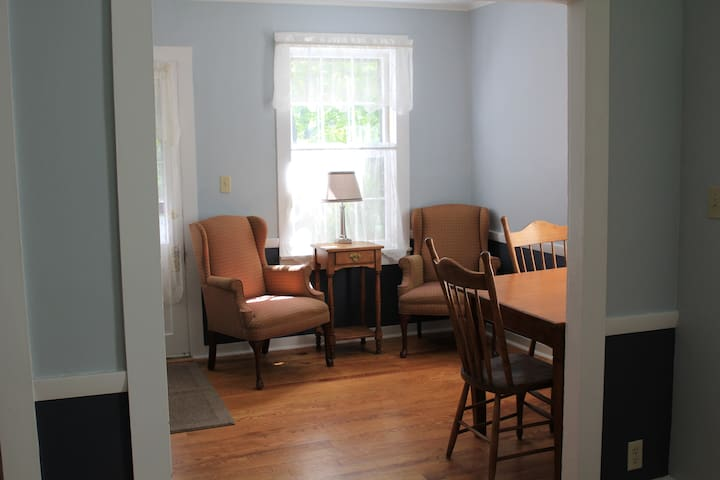 Private Suite, Queen, Children/Pets - Shelburne Falls - Rumah