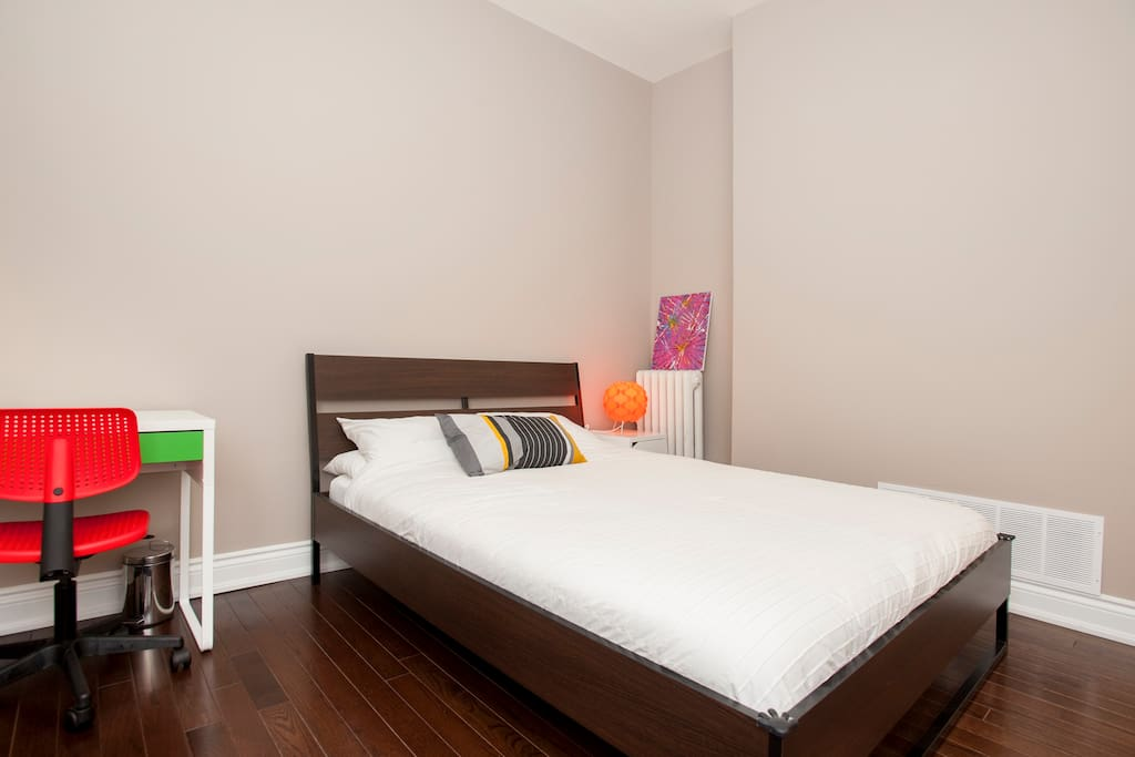 Queen size bed with fresh sheets and spacious room!