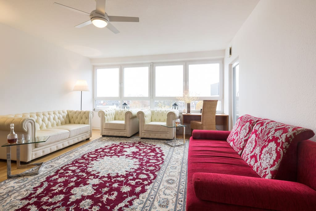 Helles geräumiges Wohnzimmer, Zugang überdachter Balkon, Schlafmöglichkeiten für 3 Personen, Luftmatratze mit Gestell 140*200, komfortables Schlafsofa ausziehbar 160*200 cm. Bright spacious living room, access covered balcony, sleeps 3 persons, air mattress with frame 140 * 200, comfortable sofa bed extendable 160 * 200 cm.