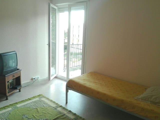 Chambre avec télé et acces terasse - Aubenas - Apartamento