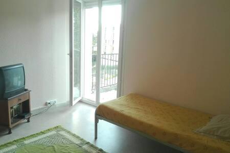 Chambre avec télé et acces terasse - Aubenas - Wohnung