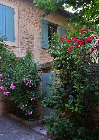 Nid d'artistes, Pont du Gard, Uzès - Vers-Pont-du-Gard - Pis
