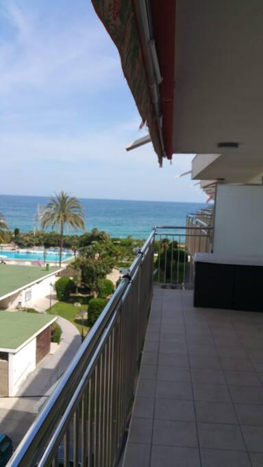 Amplia terraza con vistas al mar