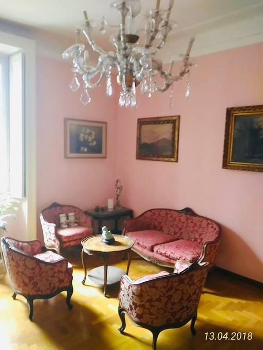 salotto e antico lampadario di Murano / living room and old Murano chandelier
