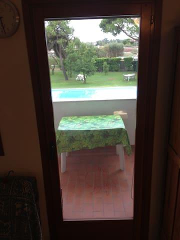 Vista dall'alloggio verso la piscina