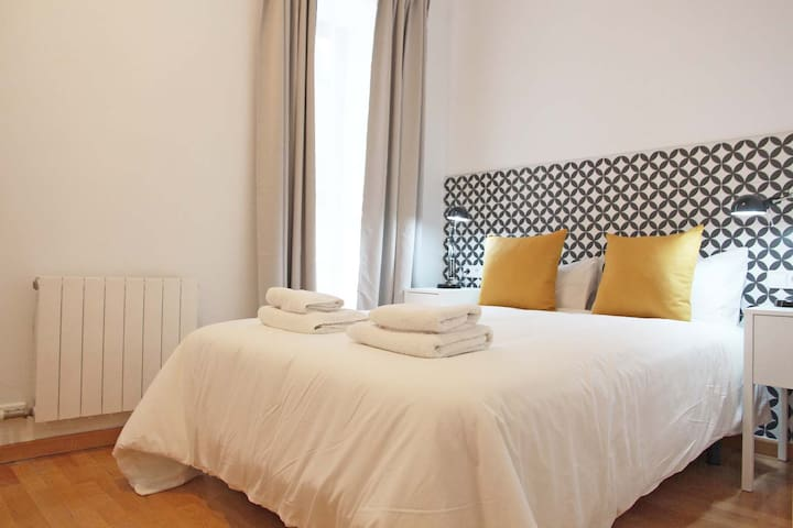 Double room in central apartment near Ramblas