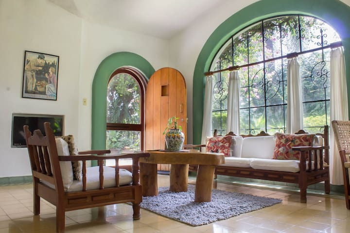 Vintage Casita- Ideal Location, Gardens & Pool