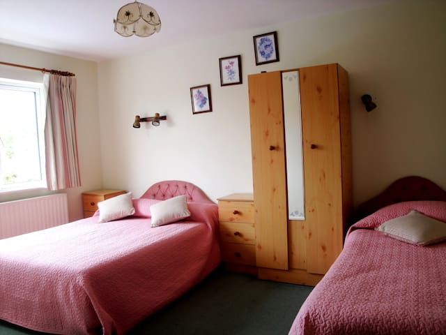 Bright and spacious Double/Twin room en-suite