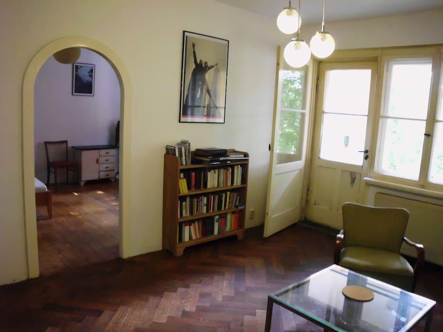 Wohnzimmer mit Seiteneingang zum Schlafzimmer