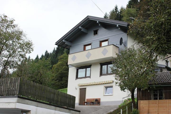 Huiselijke vakantiewoning in Fügen met tuin