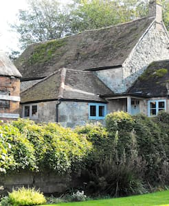 Romantic, Remote, 14thC Manor House - Chale - Bed & Breakfast