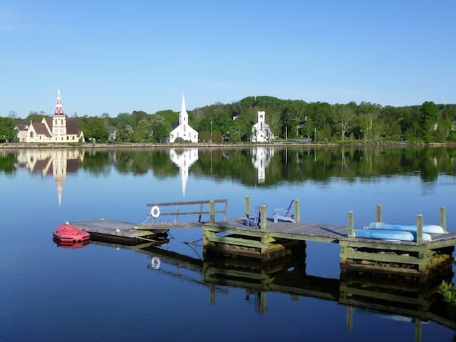 LOON LODGE ON MAHONE BAY HARBOR FAMOUS WATER VIEW!