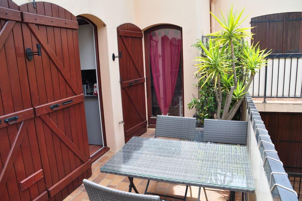 Une grande terrasse sur jardin intérieur