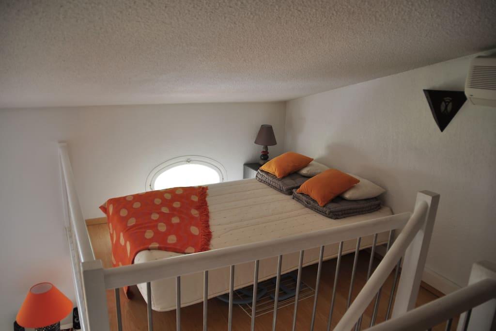 Une mezzanine avec un lit double