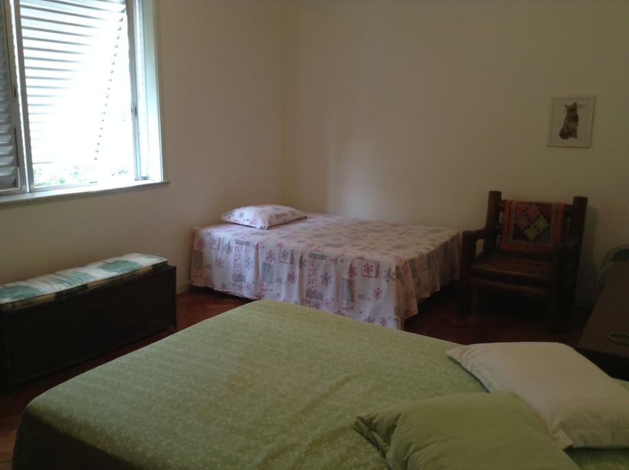 quarto, vista da entrada. 2 camas de casal, 1 poltrona-cama e espaço para colchões infláveis