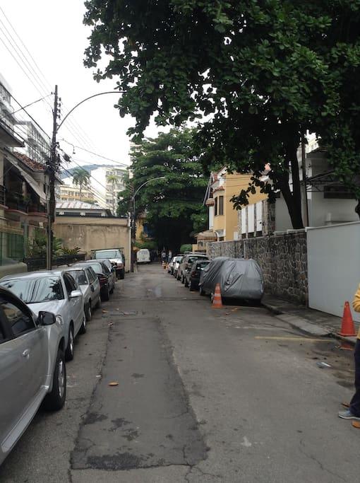 rua, com prédio à esquerda