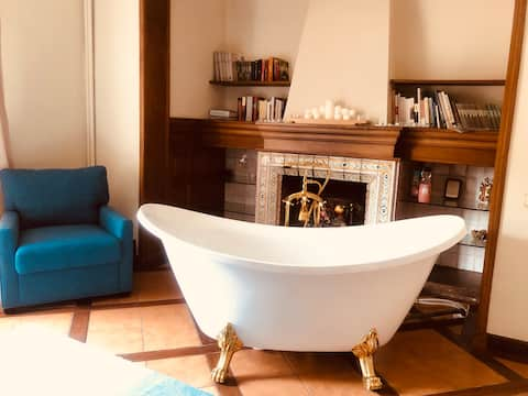 Romantic room with great bathtub & mountain view