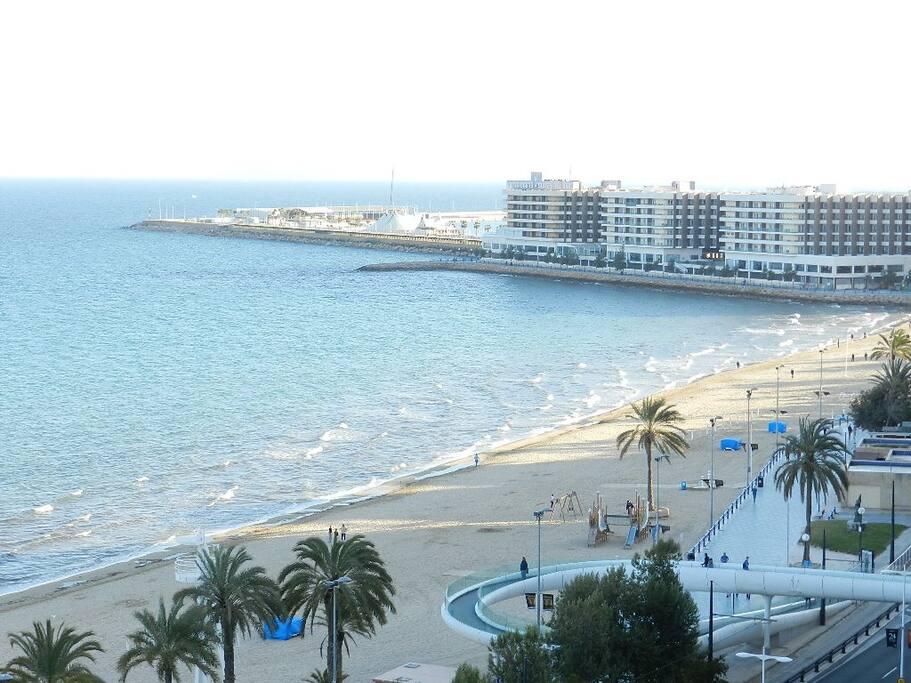 Vistas a la playa y a la bahía de Alicante.